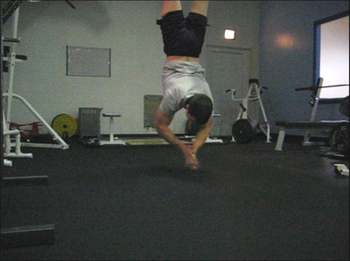 clapping handstand pushup 01