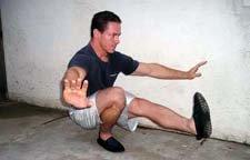 Atleta che esegue il pistol squat nella posizione in basso