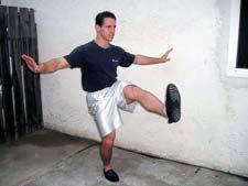 Atleta che esegue il pistol squat nella posizione in alto