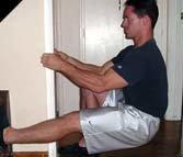 Atleta che esegue il pistol squat con sostegno per mantenere equilibrio