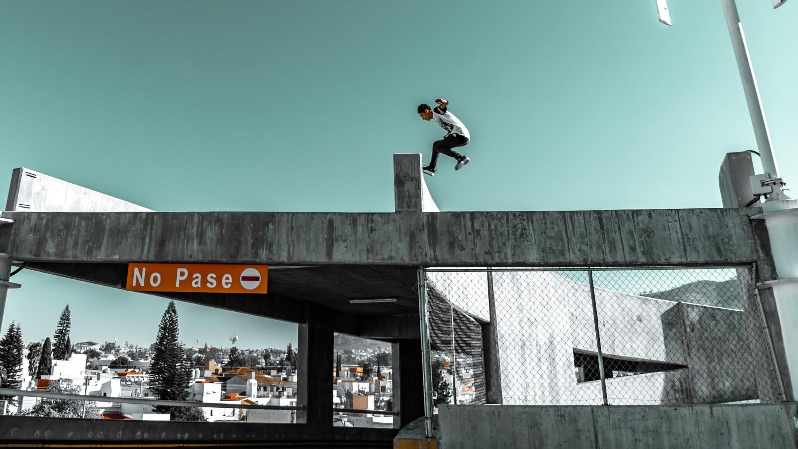 Ragazzo che salta