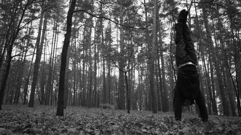 Handstand nel bosco