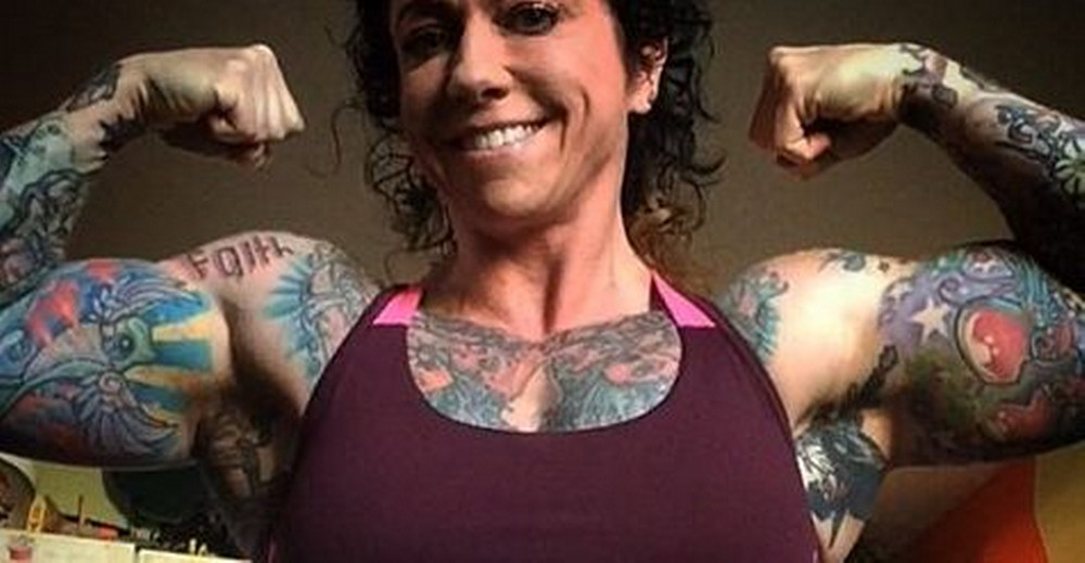 Powerlifter donna che fa i doppi bicipiti