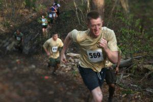 Atleti impegnati in una corsa in montagna