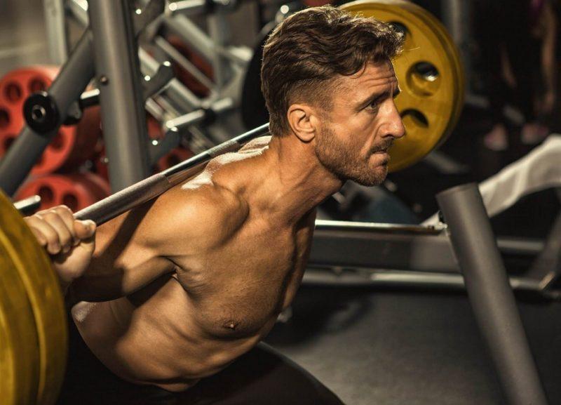 Atleta che esegue uno squat in palestra