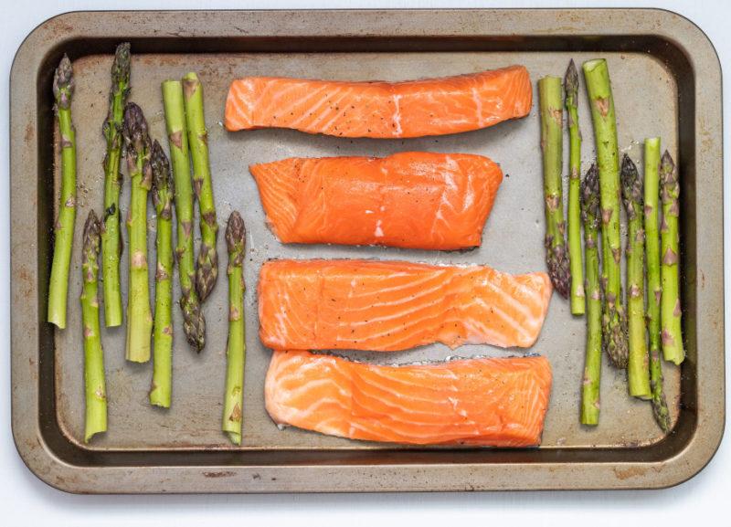 Piatto di salmone e asparagi