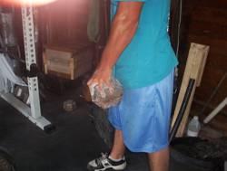 Atleta che tiene in mano un blockweight