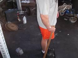 atleta che impugna una mazza per eseguire la weaver stick - posizione di partenza