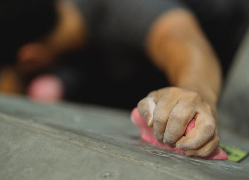 Mano di un climber per mettere in evidenza la forza di presa della mano