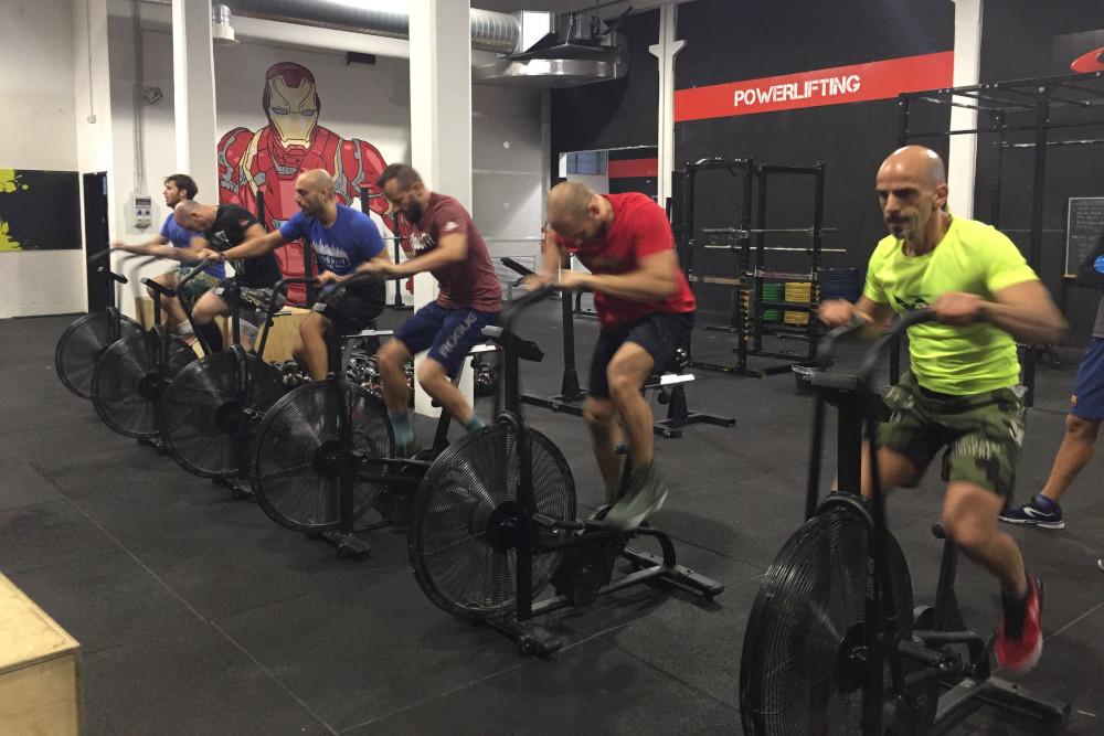 Atleti che allenano il condizionamento con airbike