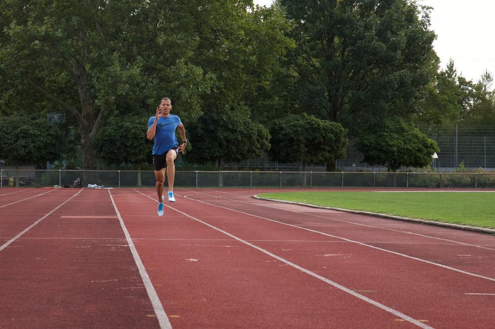 Atleta che esegue uno scatto ad alta intensità