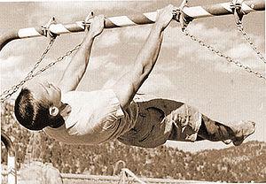 Atleta che esegue il front lever