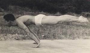 Atleta che esgue una planche all'aperto
